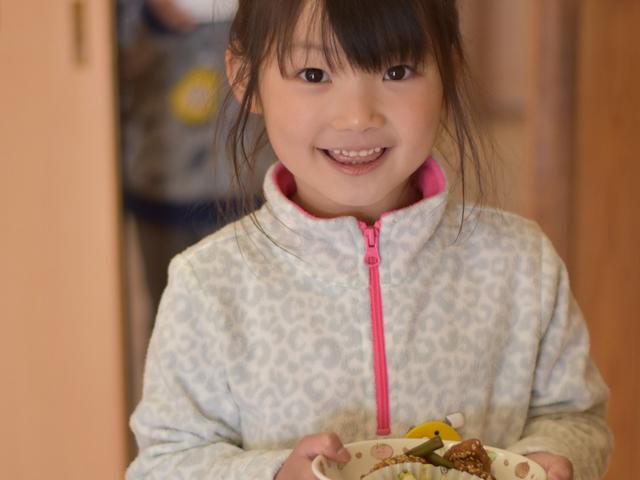 給食を運ぶ女の子