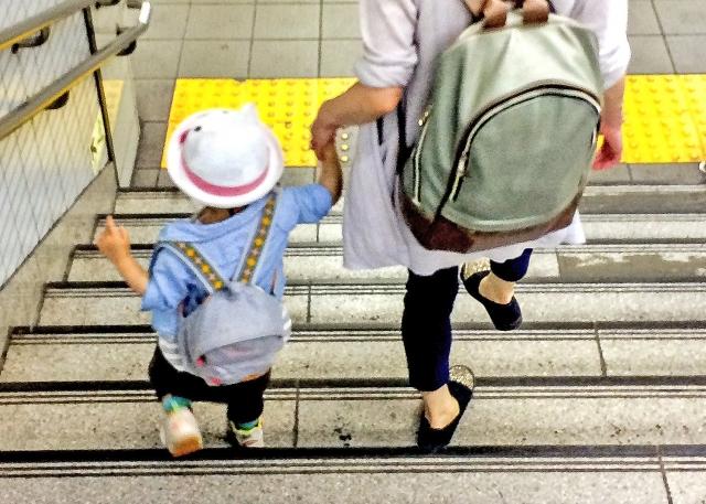手をつないで歩く園児